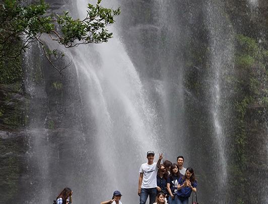 学生達観光視察2観光資源の滝