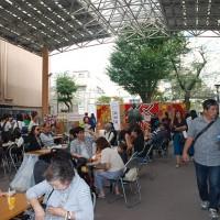 三茶よいしょ祭り広場の賑わい