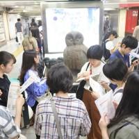 駅ツアー:池袋駅での現地勉強会の様子